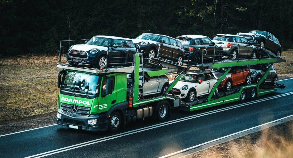 auto transporter z samochodami